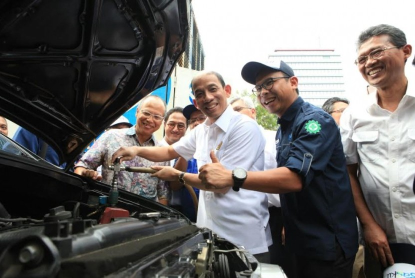 Wakil Menteri Energi dan Sumber Daya Mineral (ESDM) Arcandra Tahar bersama pimpinan PGN membagikan konverter kit di lapangan parkir IRTI Monas, Jakarta, Senin (13/3).