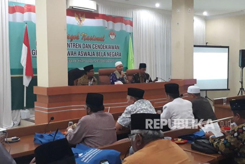 Wakil Pengasuh Pondok Pesantren Salafiyah Syafiiyah, Sukorejo, Situbondo, Jawa Timur, KH Afifuddin Muhajir (Tengah) saat menjadi pembicara dalam dalam Halaqah Nasional Ulama Pesantren (Ilustrasi)