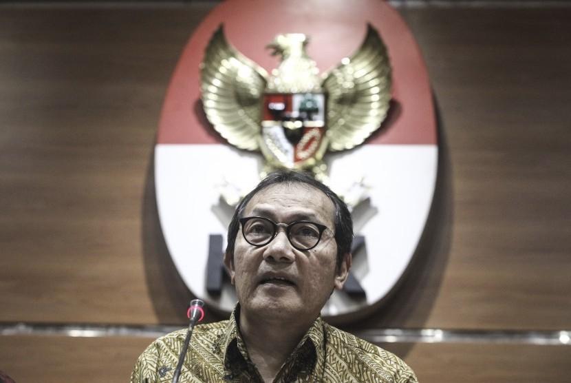 Wakil Pimpinan KPK Saut Situmorang memberikan keterangan kepada media terkait penetapan tersangka baru pada terduga kasus suap di gedung KPK, Jakarta, Rabu (31/1).