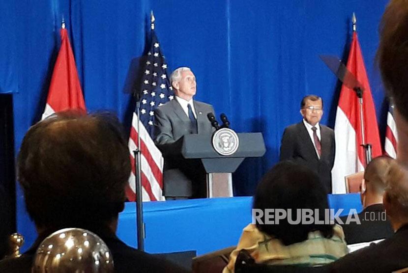 Wakil Presiden Amerika Serikat Mike Pence dan Wakil Presiden Republik Indonesia Jusuf Kalla memberikan sambutan dalam Bisnis Meeting di Hotel Shangri-La, Jakarta, Jumat (21/4).