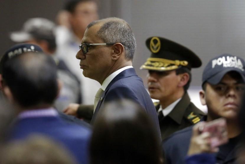 Wakil presiden Ekuador yang diskors Jorge Glas saat menghadiri pengadilan di Quito, Ekuador, Rabu (13/12). Pengadilan mengganjarnya enam tahun penjara karena korupsi.
