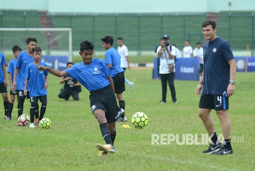 Wakil Presiden Inter Milan, Javier Zanetti hadir dalam peluncuran Akademi Persib yang merupakan partnership program bersama Inter Academy di Stadion Siliwangi, Kota Bandung, Selasa (13/2).