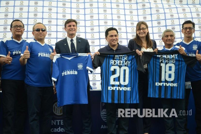 Legenda Inter Milan Javier Zanetti (ketiga Kiri) dan Presiden Inter Milan Erick Thohir (keempat kiri) memperlihatkan jersey Akademi Persib dan Inter Academy saat peluncuran Akademi Persib yang merupakan partnership program bersama Inter Academy di Stadion Siliwangi, Kota Bandung, Selasa (13/2).