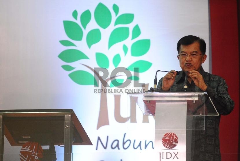 Wakil Presiden Jusuf Kalla berikan sambutan saat meresmikan Kampanye Yuk Nabung Saham di Bursa Efek Indonesia, Jakarta, Kamis (12/11).