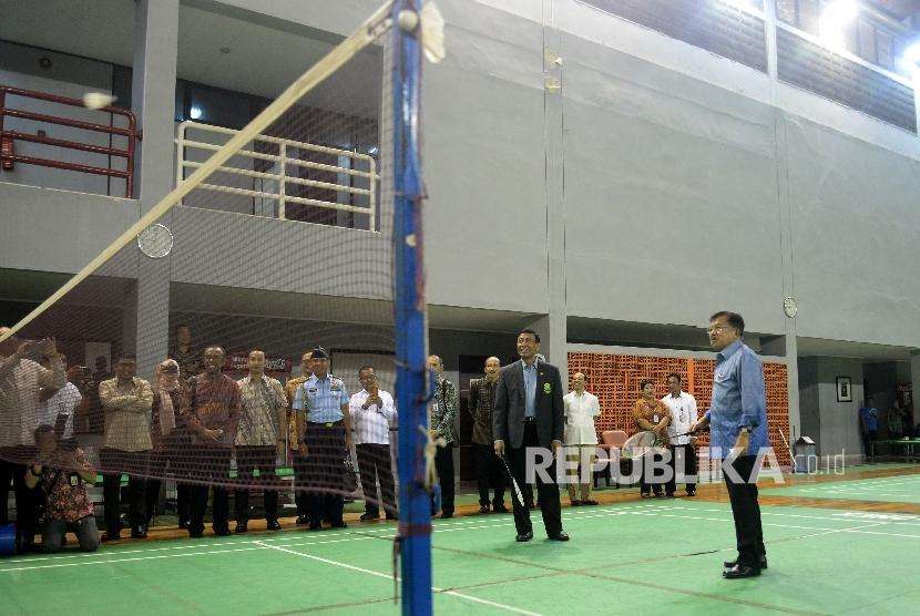 Wakil Presiden Jusuf Kalla didampingi Ketua Umum PBSI Wiranto mecoba bermain bulutangkis saat meninjau Pelatnas PBSI di Cipayung, Jakarta Timur, Selasa (3/10).