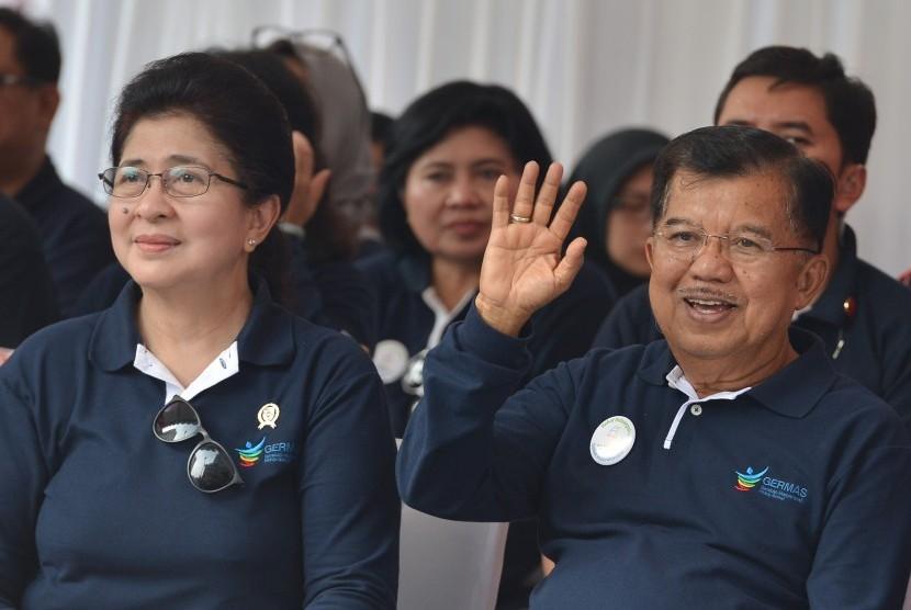 Wakil Presiden Jusuf Kalla (kanan) didampingi Menteri Kesehatan Nila F. Moeloek melakukan video conference dengan sejumlah gubernur ketika menghadiri peringatan Hari Kesehatan Nasional (HKN) di Kawasan Bundaran HI Jakarta, Minggu (12/11).