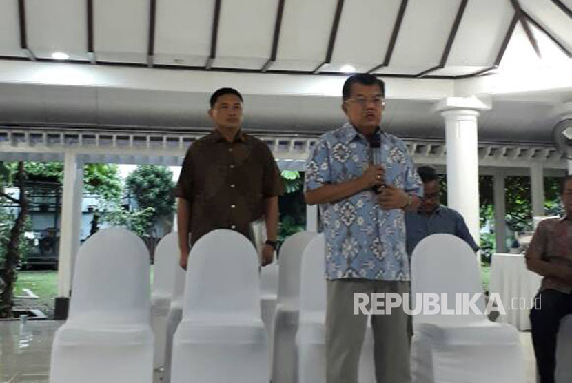 Vice President Jusuf Kalla gives a statement to the press to comment on quick count result of the second round of Jakarta gubernatorial election, Jakarta, Wednesday (April 19).