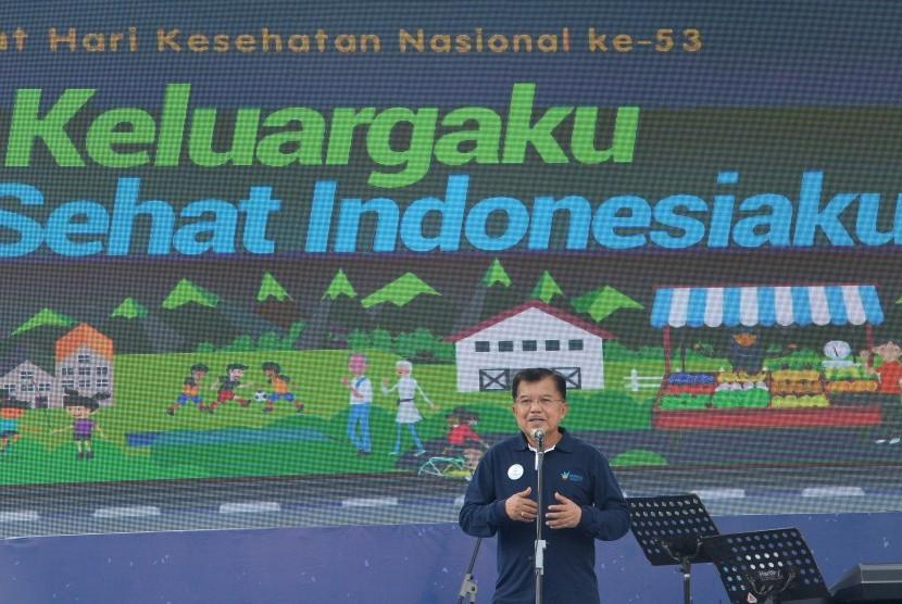 Wakil Presiden Jusuf Kalla memberikan sambutan ketika menghadiri peringatan Hari Kesehatan Nasional (HKN) di Kawasan Bundaran HI Jakarta, Minggu (12/11).