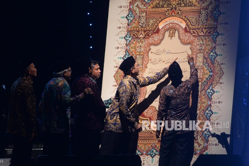 Wakil Presiden Jusuf Kalla membubuhkan sentuhan terakhir pada Mushaf  Al Quran dalam acara Malam Perayaan Milad Masjid Istiqlal ke-39 di Halaman Utama Masjid Istiqlal, Jakarta, Rabu (22/2).