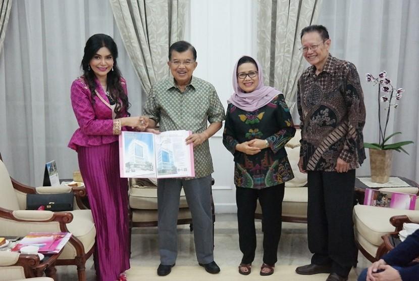Wakil Presiden Jusuf Kalla menerima kunjungan Dr. Deby Vinski, AAMS, MScAA, Presiden Badan Akreditasi Kedokteran Preventive & Anti-Aging Dunia (WOCPM)