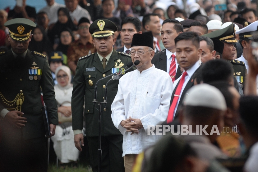 Wakil Presiden Jusuf Kalla menjadi Inspektur Upacara proses pemakaman Almarhum KH. Hasyim Muzadi di komplek Pondok Pesantren Al-Hikam, Depok, Jabar, Kamis (16/3)