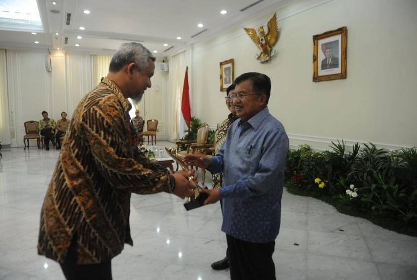 Wakil Presiden Jusuf Kalla menyerahkan penghargaan Proper Emas kepada Danone Aqua yang diwakili Water Resources, Nature & Process Technology Director Danone Aqua, Azwar Satrya Muhammad, Senin (18/12).