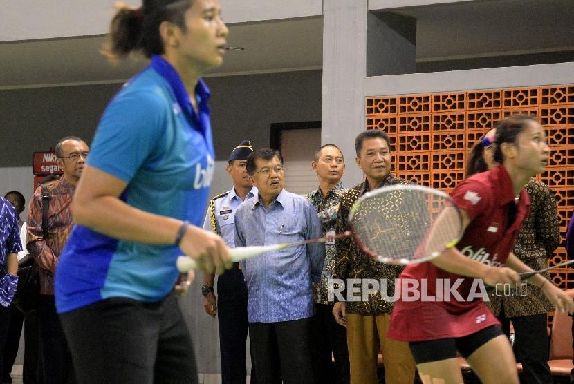 Wakil Presiden Jusuf Kalla saat meninjau Pelatnas PBSI di Cipayung, Jakarta Timur, Selasa (3/10).