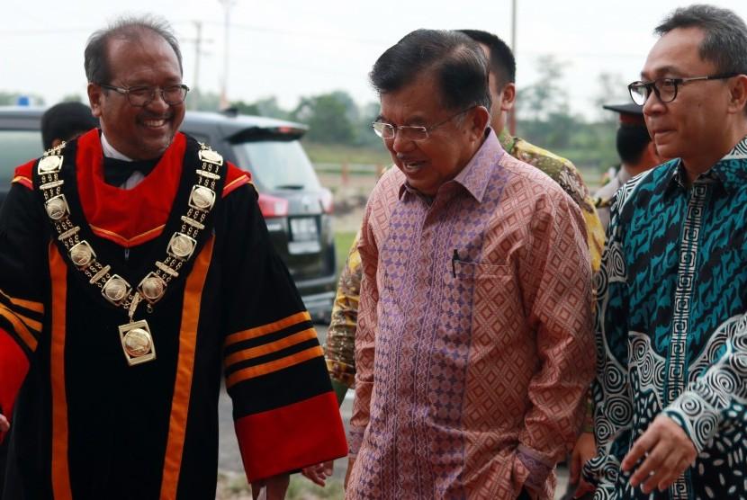 Wakil Presiden Jusuf Kalla (tengah) disambut oleh Ketua MPR Zulkifli Hasan (kanan) dan Rektor Intitut Teknologi Sumatera (ITERA) Prof Ofyar Z Tamin (kiri) saat tiba di Kampus ITERA, Lampung Selatan, Lampung, Jum'at (6/10).