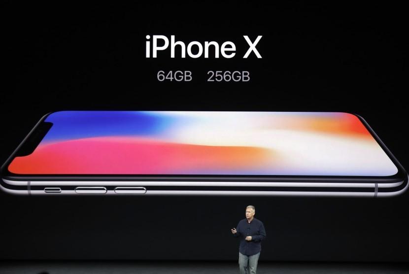 Wakil presiden senior Apple, Phil Schiller sedang membahas fitur iPhone X di Teater Steve Jobs, kampus Apple yang baru, Selasa (12/9) Cupertino, California.