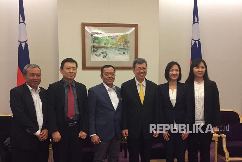 Wakil Presiden Taiwan Chen Chien-jen bersama Direktur Indonesia Halal Watch (IHW) Ikhsan Abdullah (ketiga dari kiri) dan CEO Sincung Halal for Taiwan Lin Sin Ying(ke dua dari kanan) bertemu dan sempat berbincang singkat tentang industri halal di Taiwan.