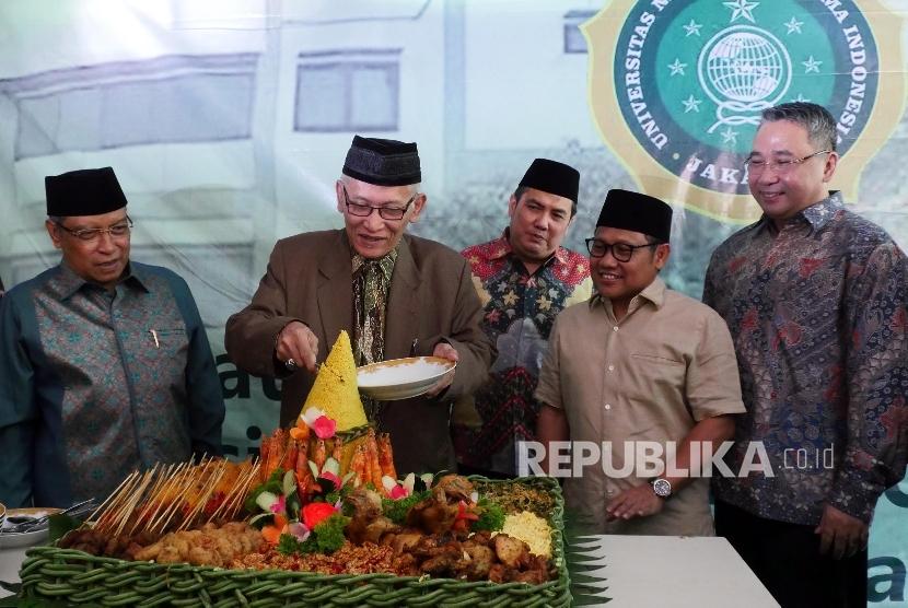 Wakil Rois Aam PBNU Miftahul Akhyar (kedua kiri)  memotong tumpeng pada acara peletakan batu pertama pembangunan kampus Universitas Nahdlatul Ulama Indonesia di Jakarta (Ilustrasi)