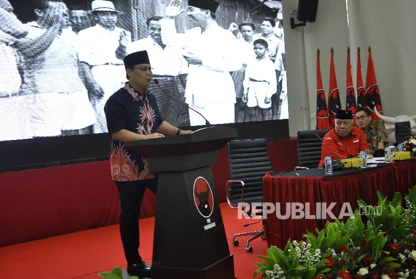 Wakil Sekjen DPP PDI Perjuangan Ahmad Basarah (kiri)