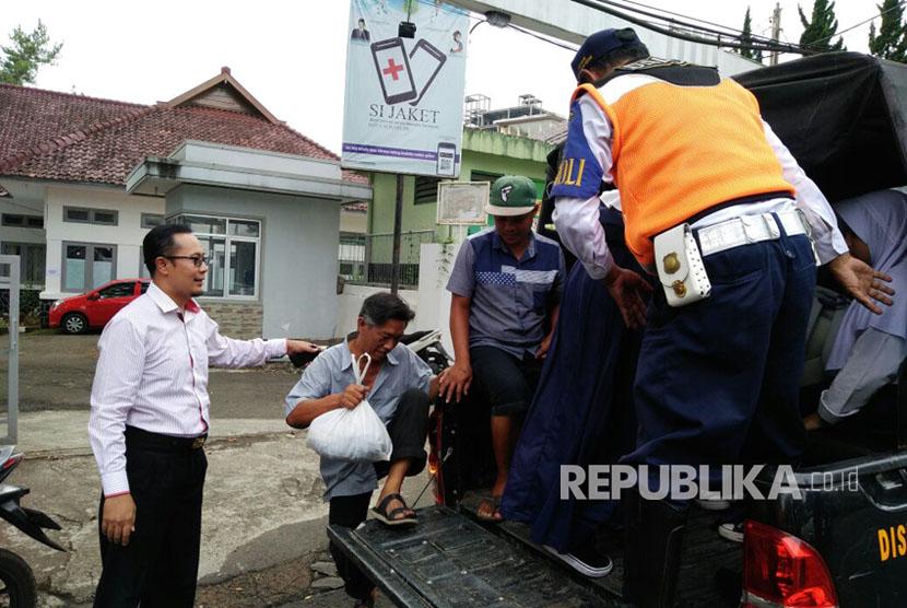 Wakil Wali Kota Sukabumi Achmad Fahmi menyisir penumpang yang terlantar sebagai akibat angkot mogok untuk diangkut menggunakan kendaraan Pemkot Sukabumi Selasa (26/9).
