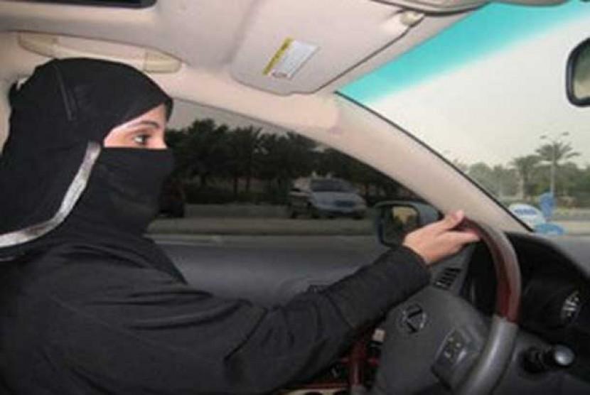 Wanita Arab Saudi mengemudikan mobil. (ilustrasi)