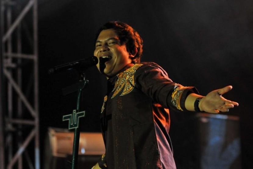 Wali Band tampil dalam Djarum Coklat Ngabuburit di Lapangan PSPT Tebet, Jakarta, Ahad petang (7/8).