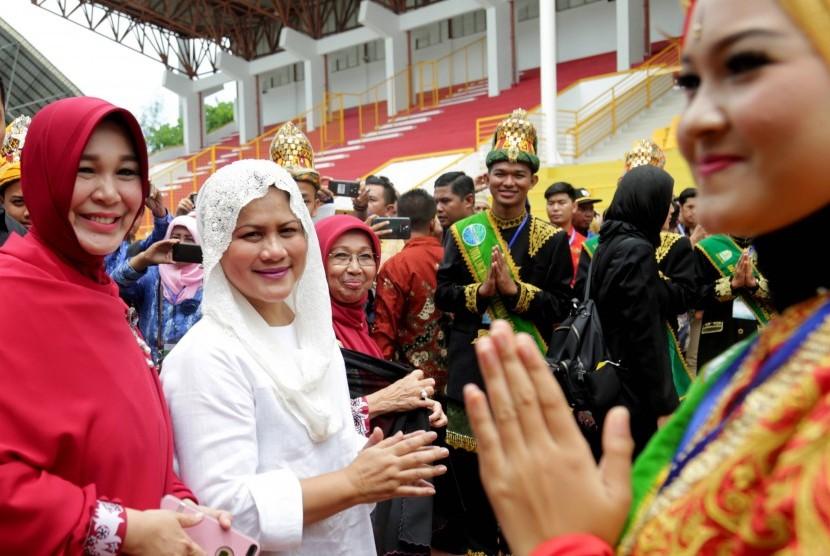 Wali Kota Banda Aceh Illiza Sa'aduddin Djamal (kiri) bersama Ibu Negara Iriana Joko Widodo (kedua kiri).