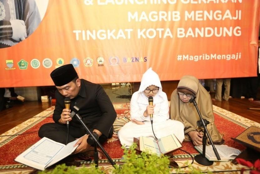 Wali Kota Bandung H Ridwan Kamil tengah membaca Alquran dalam kegiatan pencanangan Gerakan Maghrib Mengaji di Kota Bandung, beberapa waktu lalu.