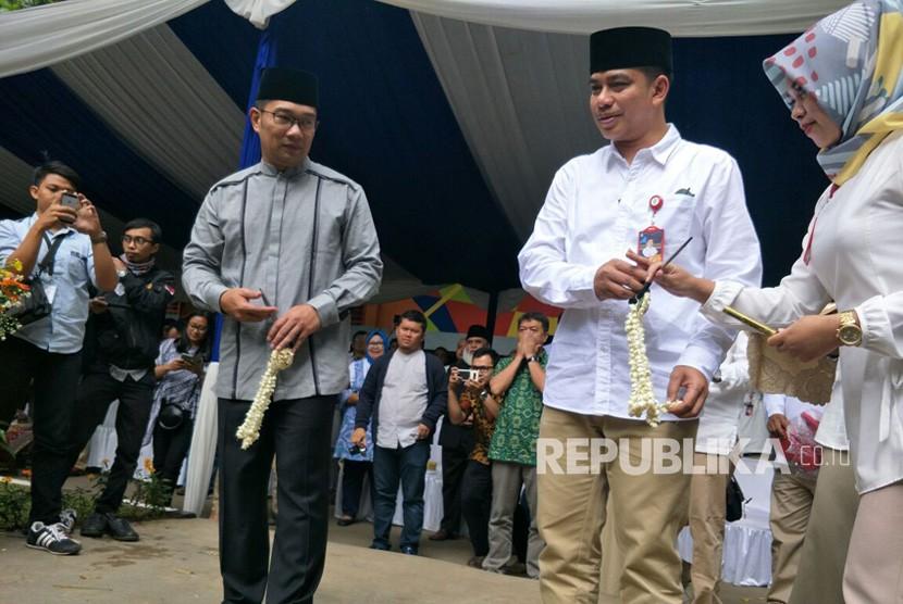 Wali Kota Bandung Ridwan Kamil dan Dirut PDAM tirtawening Sonny Salimi saat menggunting pita dalam peresmian Masjid Maaimmaskuub, Jumat(12/1).