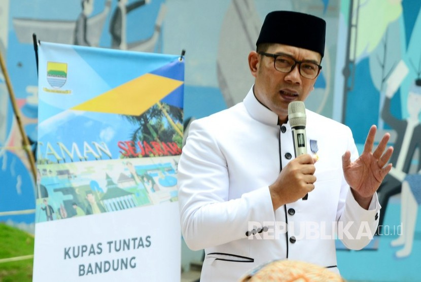 Wali Kota Bandung Ridwan Kamil menjawab pertanyaan wartawan pada acara Bandung menjawab di Balai Kota Bandung, Selasa (21/11).