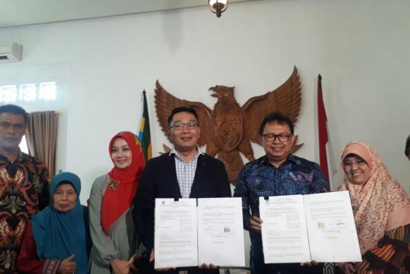 Wali Kota Bandung, Ridwan Kamil menyerahkan rumah dinas ke Sekda Kota Bandung, Yossi Irianto, Sabtu (20/1).