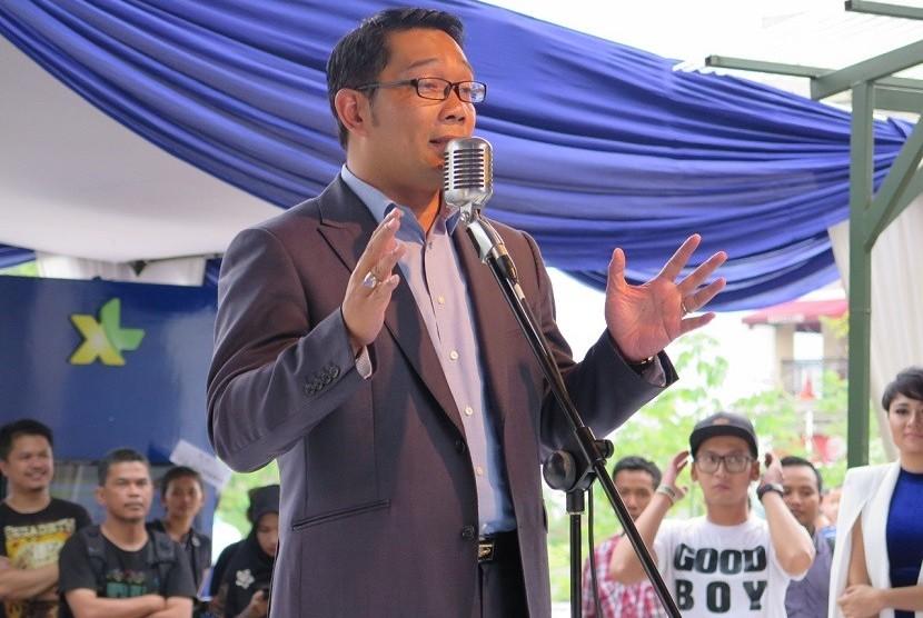 Wali Kota Bandung Ridwan Kamil saat memberi sambutan dalam acara peluncuran uji coba layanan 4G Bandung  di Paris Van Java, Bandung. Jumat(20/3).