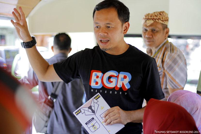 Wali Kota Bogor Bima Arya memberikan penjelasan kepada peserta tour bus Uncal.