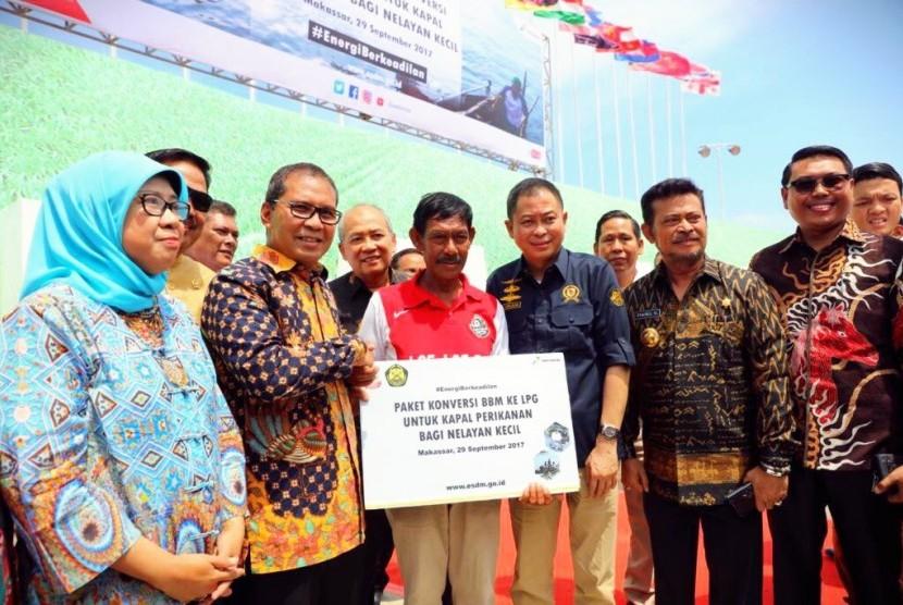 Wali Kota Makassar Mohammad Ramdhan 'Danny' Pomanto menerima secara simbolis paket konversi BBM ke LPG untuk kapal perikanan bagi nelayan kecil Makassar, Jumat (29/9).