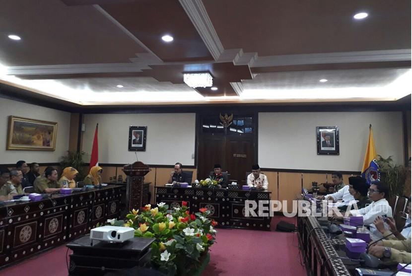 Wali Kota Mataram Ahyar Abduh (tengah) bersama Ketua PWNU NTB Taqiuddin (kanan) dalam rapat persiapan musyawarah nasional (munas) dan konferensi besar (konbes) Nadhlatul Ulama (NU) 2017 di Kantor Wali Kota Mataram, Selasa (31/10).
