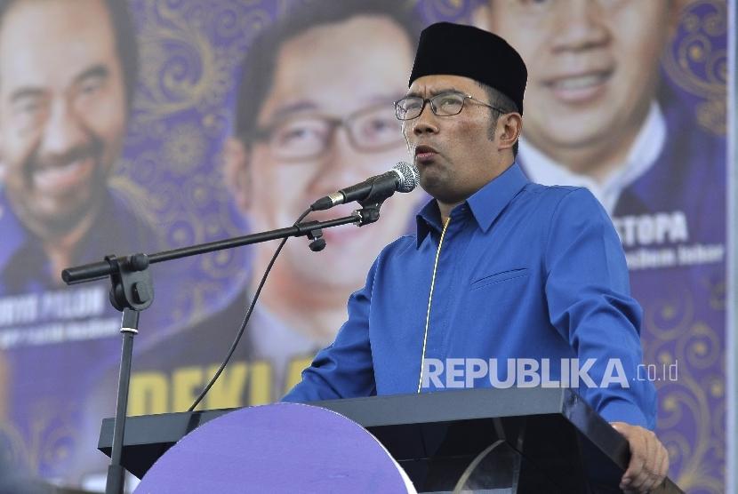 Wali Kota Ridwan Kamil memberikan sambutan didepan kader saat menghadiri acara deklarasi dukungan Partai Nasdem untuk Ridwan Kamil sebagai calon Gubernur Jawa Barat di Lapangan Tegalega, Kota Bandung, Ahad (19/3).