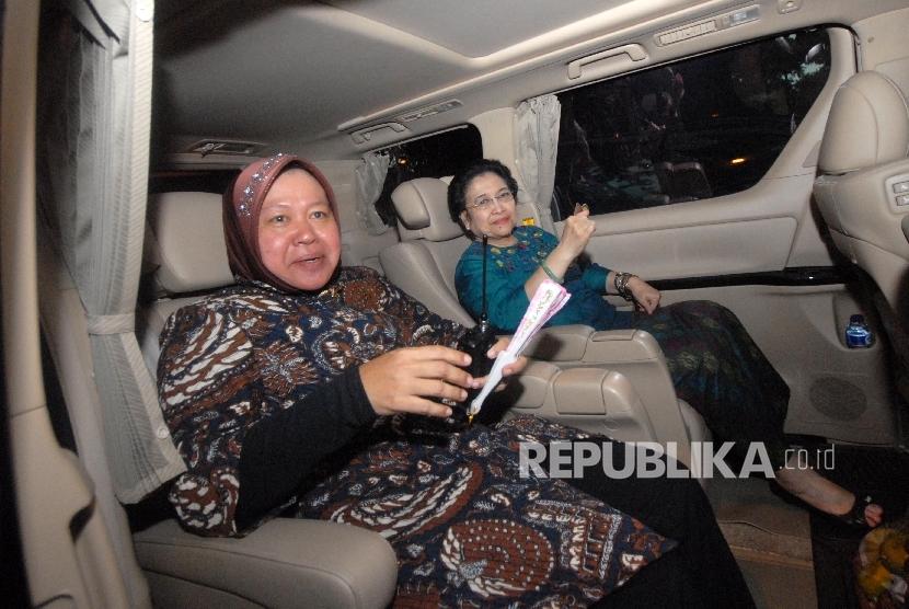 Wali Kota Surabaya Tri Rismaharini (kiri) dan Ketua Umum PDI Perjuangan Megawati Soekarnoputri.