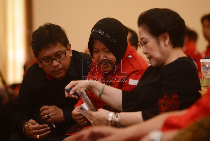 Wali Kota Surabaya, Tri Rismaharini (tengah) duduk bersama Ketua Umum PDIP Megawati Soekarno Putri (kanan) dan Sekjen DPP PDIP Hasto Kristiyanto dalam suatu acara PDIP.