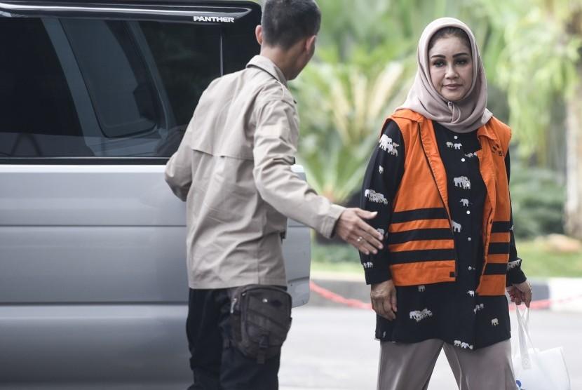 Wali Kota Tegal nonaktif Siti Masitha Soeparno (kanan) bersiap menjalani pemeriksaan di gedung KPK, Jakarta, Selasa (5/9).