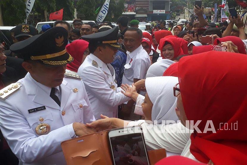 Wali kota Terpilih Kota Cimahi, Ajay M Priatna dan Wakilnya, Ngatiyana disambut oleh warga Kota Cimahi saat akan menuju gedung DPRD, Kota Cimahi, Ahad (22/10).