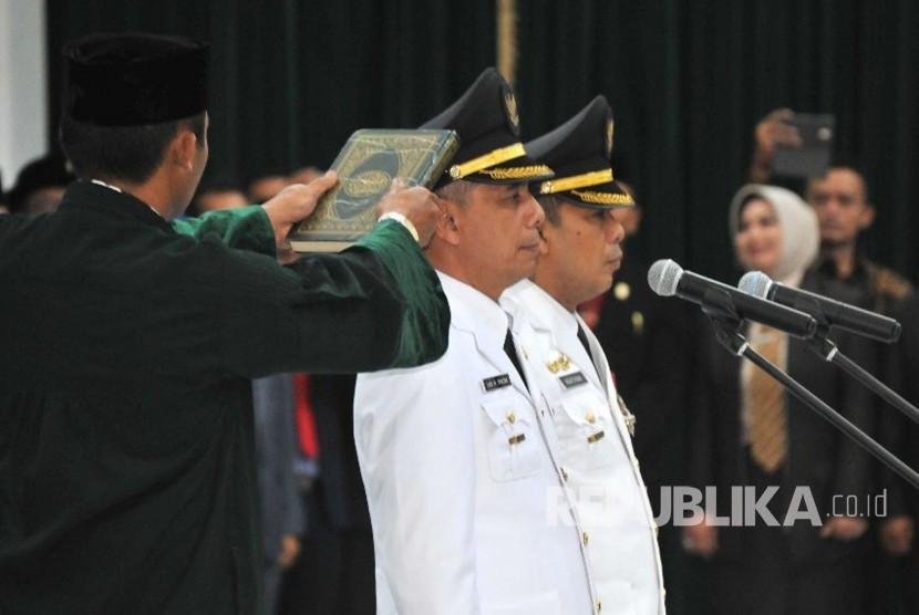 Walikota Ajay M Priatna dan Wakil Walikota Cimahi Ngatiyana mengucapkan sumpah jabatan saat pelantikan di Gedung Sate, Kota Bandung, Ahad (22/10).