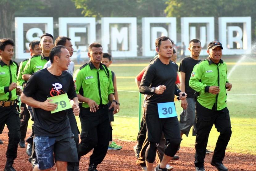 Walikota Bogor Bima Arya (kedua kanan) berlari bersama petugas penjaga taman saat Tes Kebugaran Fisik PNS Bogor di Taman Sempur, Bogor, Jawa Barat, Jumat (26/5).