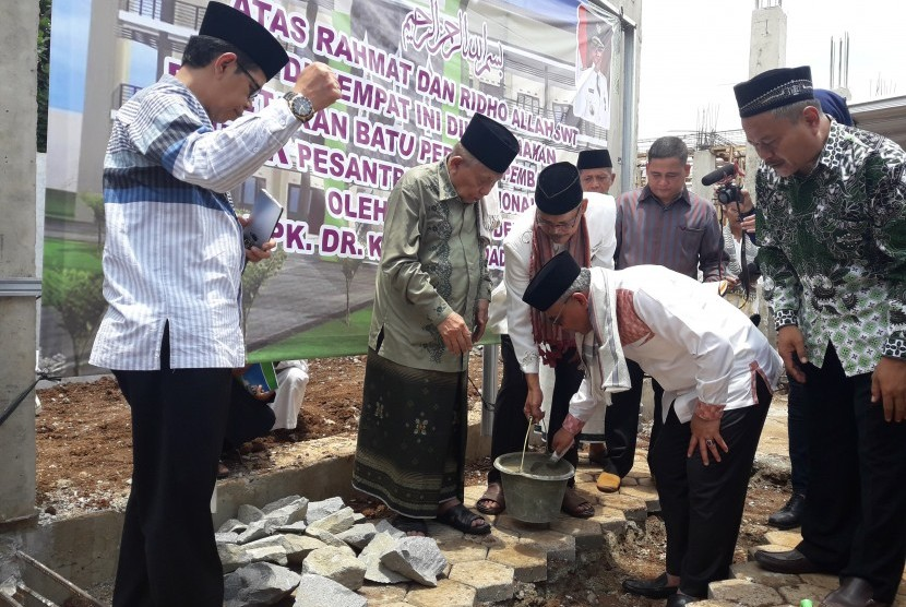 Walikota Depok Idris Abdul Shomad dan Pengasuh Ponpes Darurrahman KH Syukron Makmun meletakkan batu pertama tanda dimulainya pembangunan Ponpes Al-Ma'mun di Sawangan, Depok, Jawa Barat, Ahad (11/3).