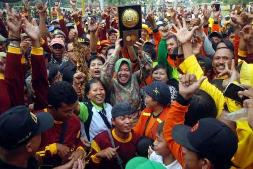 Walikota Surabaya, Tri Rismaharini, mengangkat penghargaan Adipura di tahun sebelumnya.
