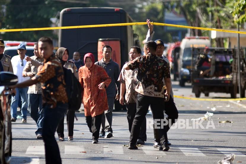 Wali Kota Surabaya Tri Rismaharini (tengah) meninjau di lokasi ledakan di Gereja Katolik Santa Maria Tak Bercela, Ngagel Madya, Surabaya, Jawa Timur, Minggu (13/5).