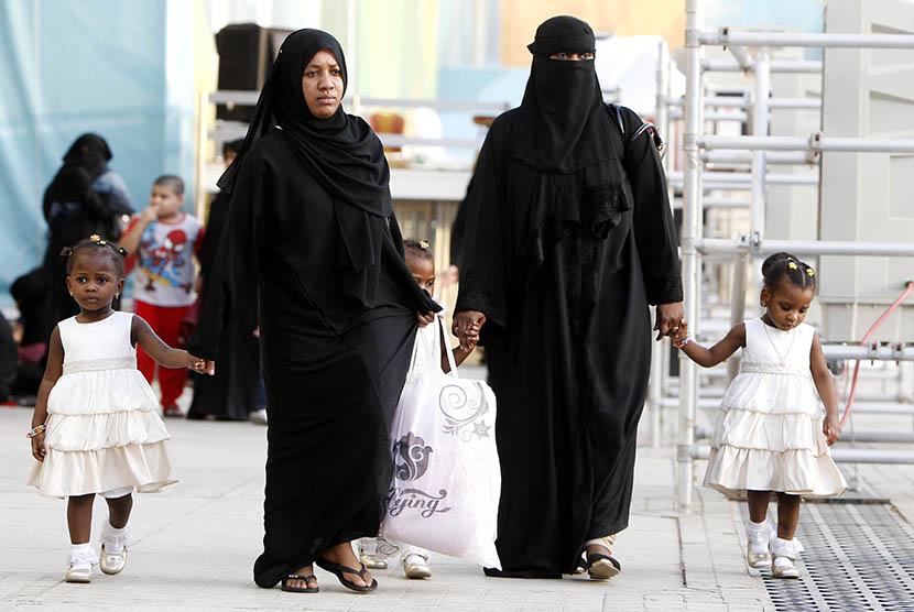 Wanita Arab Saudi bersama anaknya.     (ilustrasi)