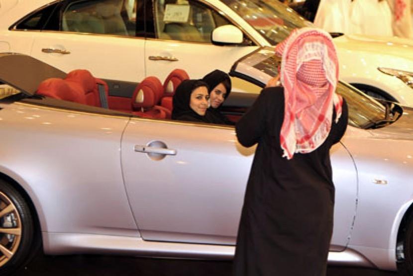 Wanita Arab Saudi mengemudi (ilustrasi)