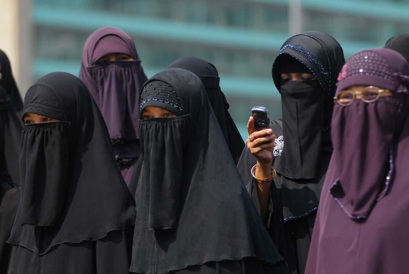Wanita bercadar, Wanita memakai cadar (ilustrasi).