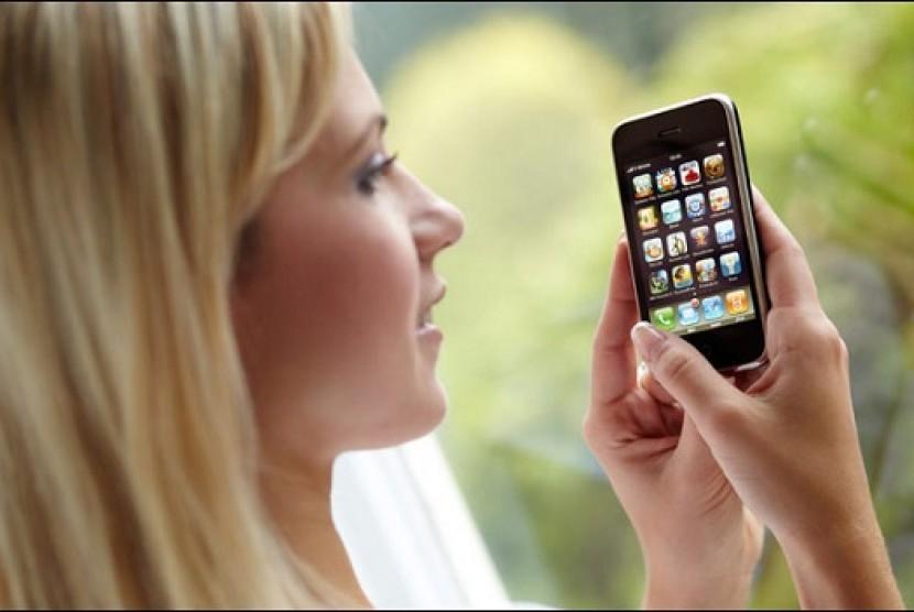 Wanita kecanduan gadget (Ilustrasi)