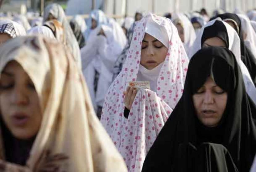 Wanita muslimah Iran melaksanakan shalat Ied di kawasan Shahr-e-Ray, Selatan kota Tehran, Iran.