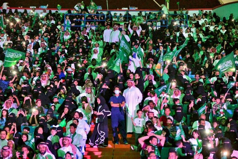 Perdana, Perempuan Saudi Nonton Sepak Bola di Stadion